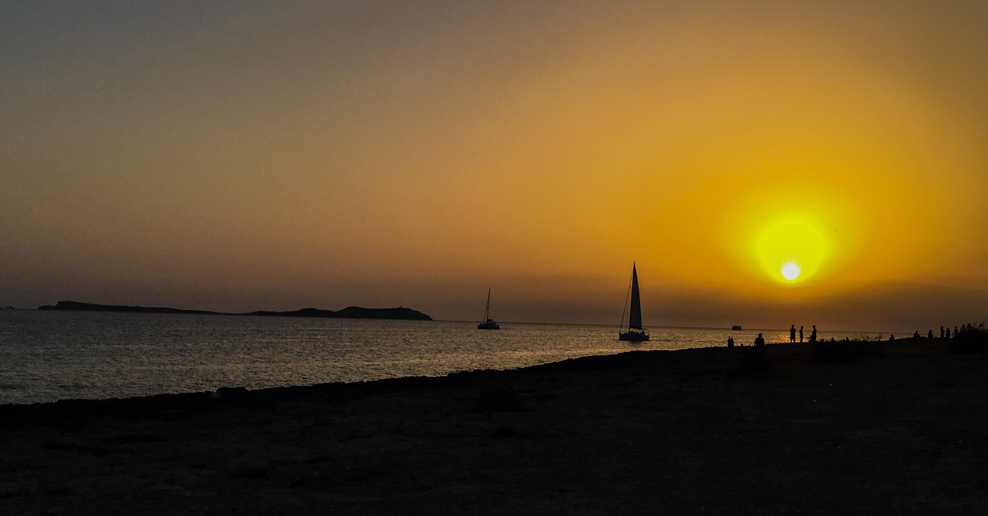 Ibiza, il rito del tramonto al Café del Mar