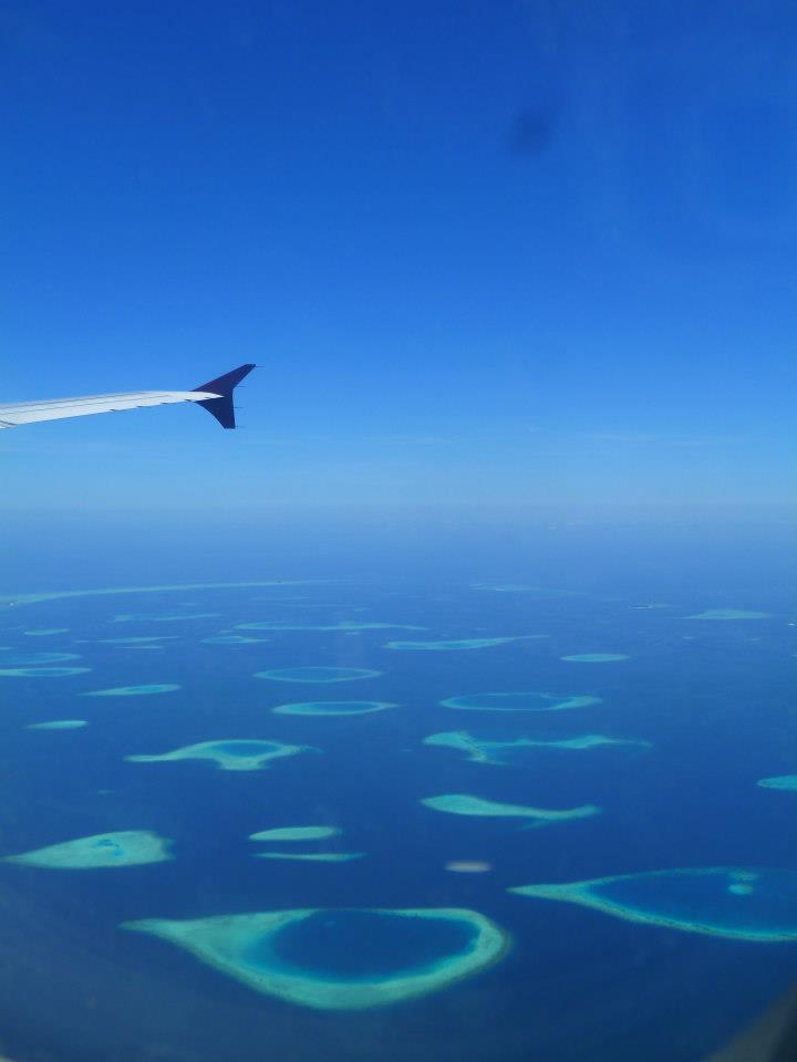 Maldive viste dal finestrino dell'aereo