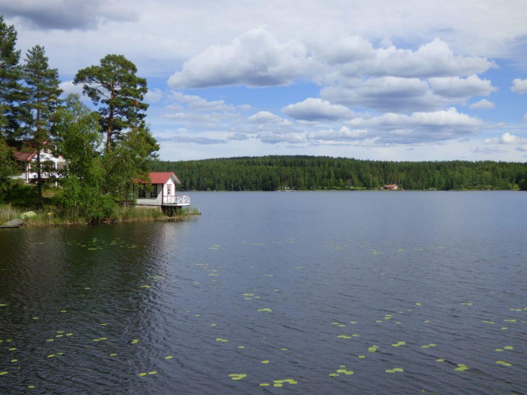 Casetta su lago svedese nella Svezia centrale