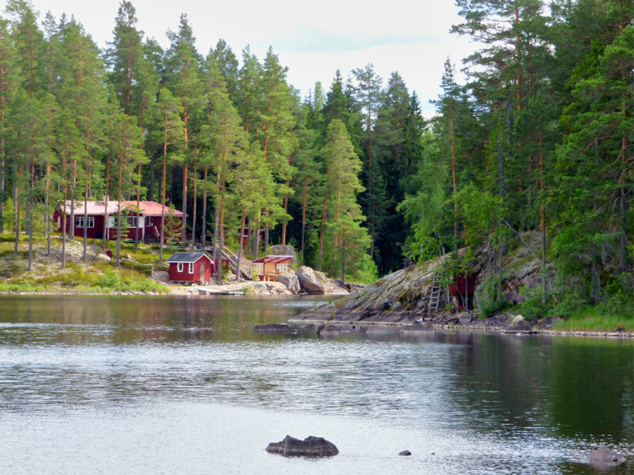 Svezia, casette rosse e lago