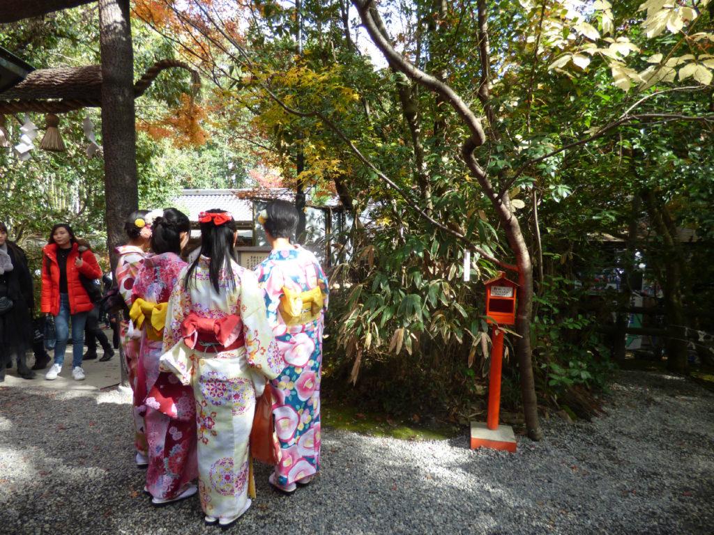 ragazze giapponesi in kimono