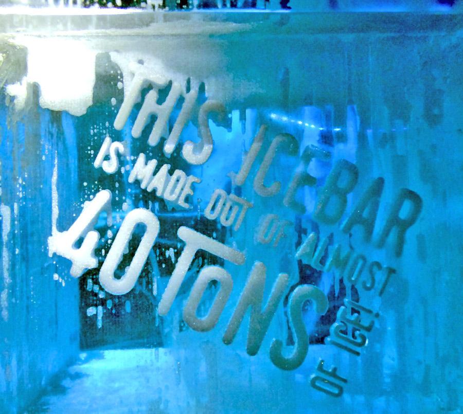 Blocco di ghiaccio con scritte