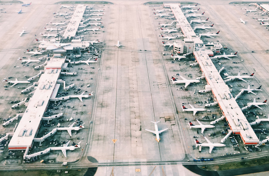 Aeroporto - Photo by Skyler Smith on Unsplash