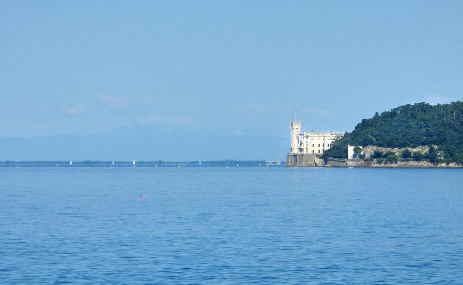 Castello di Miramare da lontano