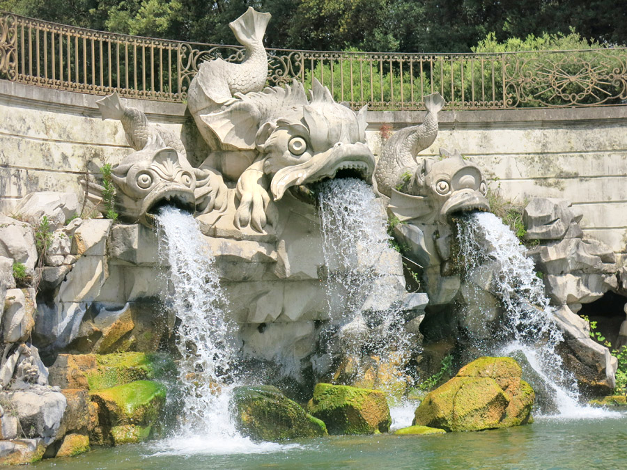 Reggia di Caserta fontana dei delfini